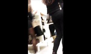 Покупательница с круглой попкой в обтягивающей юбке в обувном магазине