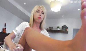 Блонда демонстрирует стопы крупным планом