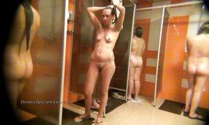 Группа женщин принимает душ после занятий спортом