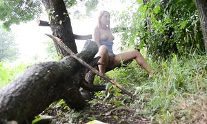 Рыжуля сбежала в лес, чтобы подрочить
