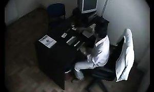 Камера охраны спалила шефа на интиме с сотрудницей