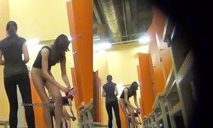 Полные и худые девушки в спортивной раздевалке