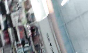 Красивая лесбиянка дразнит охранников супермаркета голыми сиськами