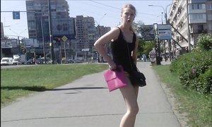 Шутники задирают юбки русским бабам на улице