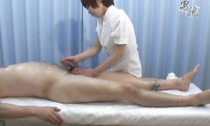 Японка сделала клиенту массаж и подрочила хер