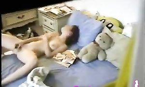 Телка купила вибратор и мастурбирует в тайне от бойфренда