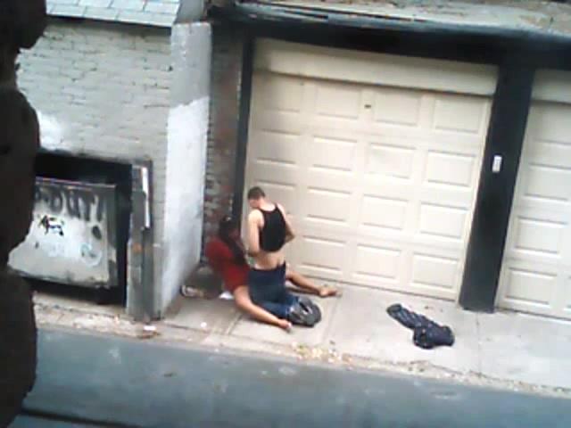Большой член минет на улице скрытая камера
