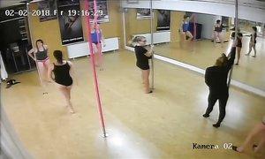 Бабы с толстыми жопами учатся танцевать стриптиз