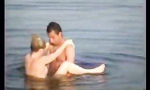 Деревенский мужик трахает доярку в болотистом озере